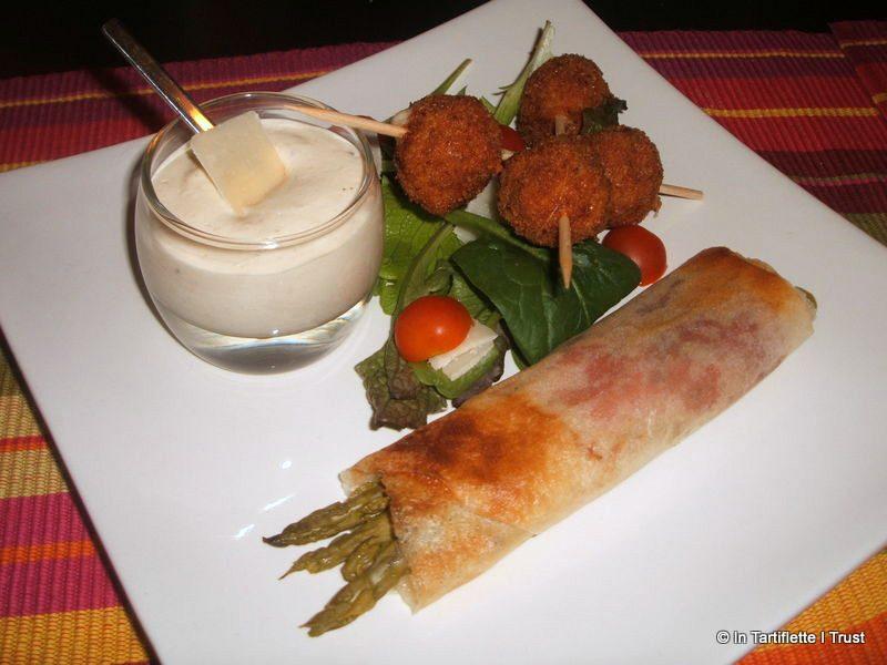 Boulettes de poulet au pesto, croustillant d'asperges au serrano, sauce mousseuse au parmesan