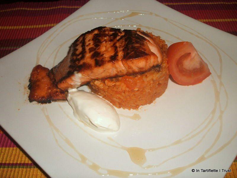 Saumon mariné au miel, riz à la tomate et à l'ail