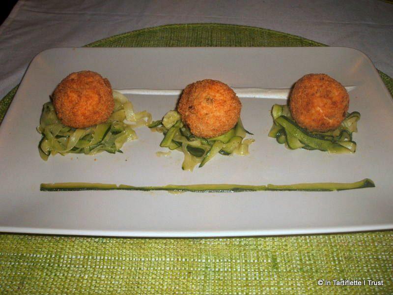 Boulettes de poulet à la mortadelle et aux olives, tagliatelles de courgettes et sauce crémeuse au citron