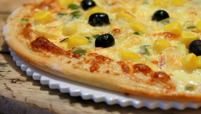 Pizza savoyarde – crème, reblochon, pommes de terre, poivrons & oignons