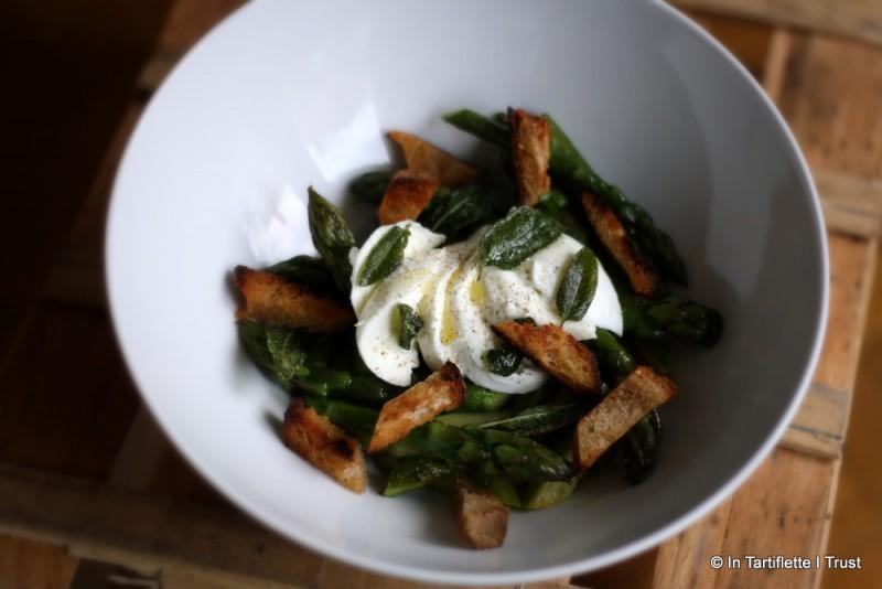 Asperges vertes, mozzarella & sauge au beurre