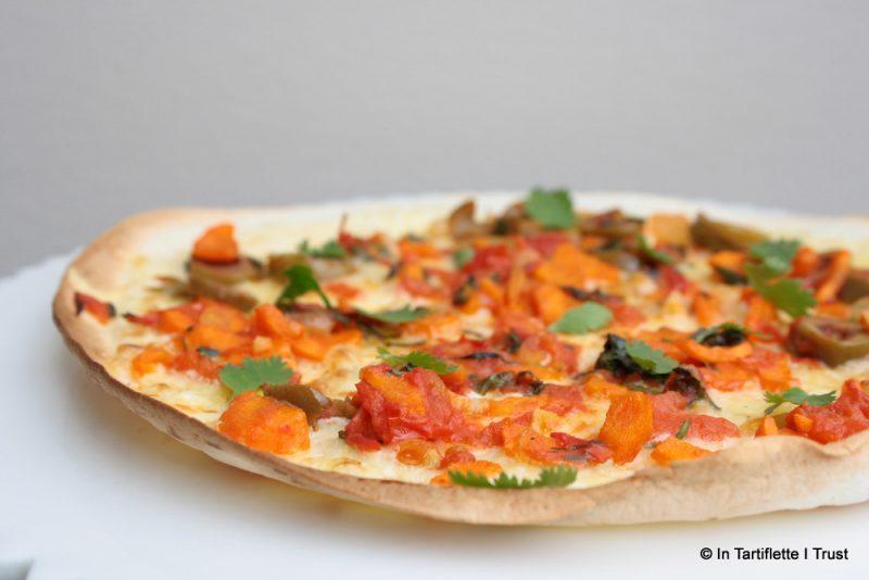 Pizza wrap gratinée aux tomates, carottes, olives & coriandre