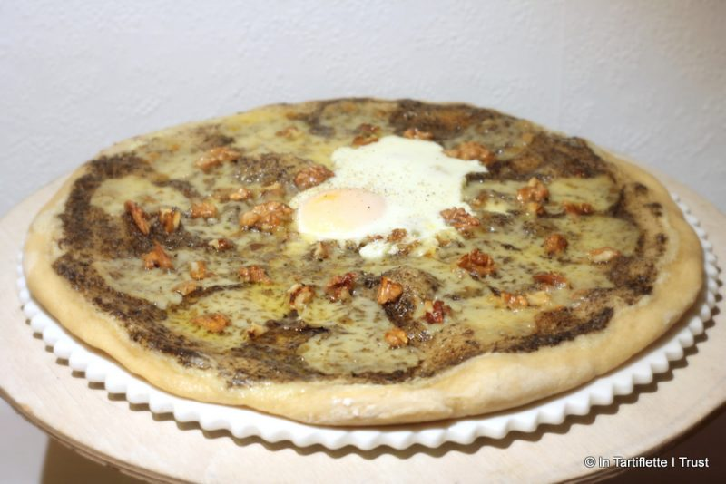 Pizza à la crème de truffes, comté & noix