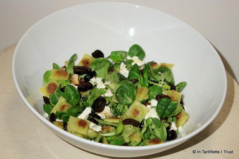 Salade de ravioles aux tomates séchées, chèvre & olives noires