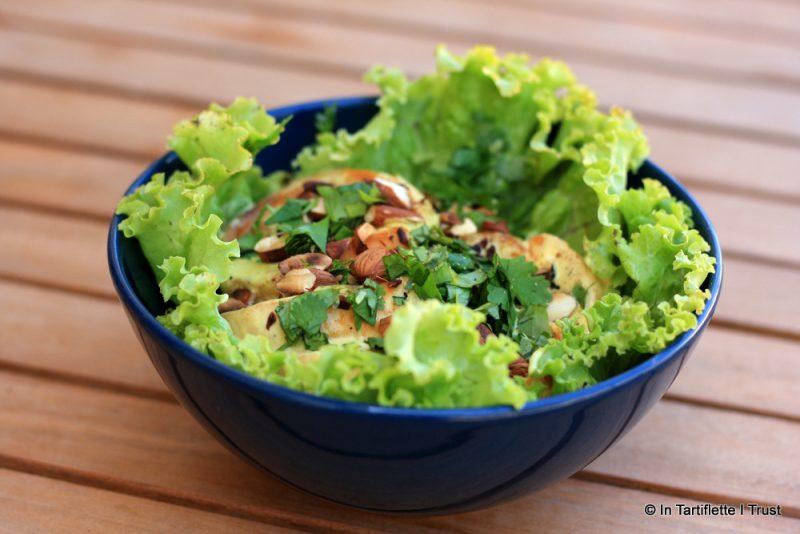 Salade de patates douces, sauce yaourt mangue, amandes grillées et coriandre