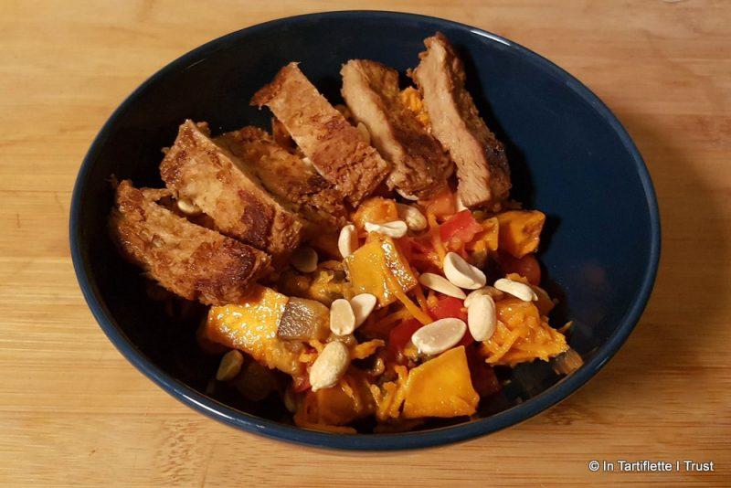 Salade d'aubergines, patates douces, carottes, tomates - steak de soja mariné - sauce au lait de coco & piment