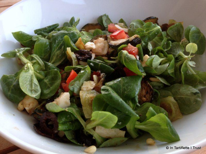 Salade de mâche aux ravioles à l'italienne courgettes, mozza, parmesan, pignons