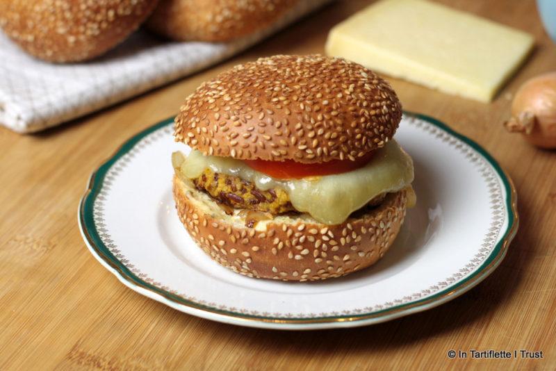 Burger de courge-riz-noix, fondue d'oignons et cantal entre-deux