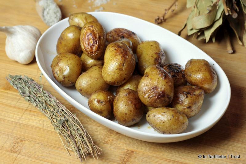Cocotte de pommes de terre à l'ail, laurier et thym